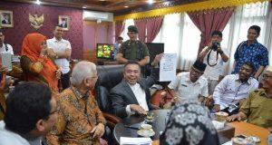 Gubernur menjelaskan komitmennya perjuangkan aspirasi guru honor Aceh. (Foto/Humas)