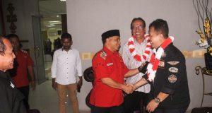 Ketua Harian KONI Aceh, Kamaruddin Abubakar alias Abu Razak menyambut TIm Aju KONI Pusat di Bandara SIM, Aceh Besar, Rabu (28/2/18). (Foto/Aldin NL)