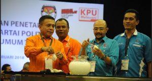 Muhammad Nazar (berkaca mata) saat pencabutan nomor urut peserta Pemilu 2019, di KPU Jakarta Pusat, baru-baru ini.