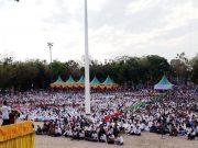 Ribuan ummat Islam tumpah di lapangan Tribun, kantor Bupati Aceh Tamiang, mendengarkan Tabliq Akbar dari Ustadz Abdul Somad, Jumat (9/3). (Waspada/Yusri)