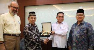 Gubernur Aceh, Irwandi Yusuf, bersama anggota DPD-RI, terkait perbankan syariah. (Foto/Ist)