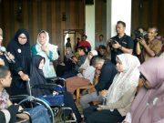 Penyerahan empat kursi roda dari Atjeh Connection Community kepada warga di Banda Aceh, Sabtu (24/3/2018). (Foto/Ist)