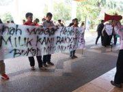 Forum Rakyat Aceh Menggugat, saat mengadakan unjukrasa menolak investasi BPKH di atas tanah wakaf Aceh di Makkah, Rabu (14/3). (Foto/Dani Randi)