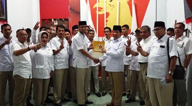 Kader Gerindra Aceh menyerahkan surat usulan agar Prabowo kembali maju pada Pilpres 2019 mendatang, di kantor Gerindra Aceh, Rabu (14/3) malam. (Waspada/Dani Randi)