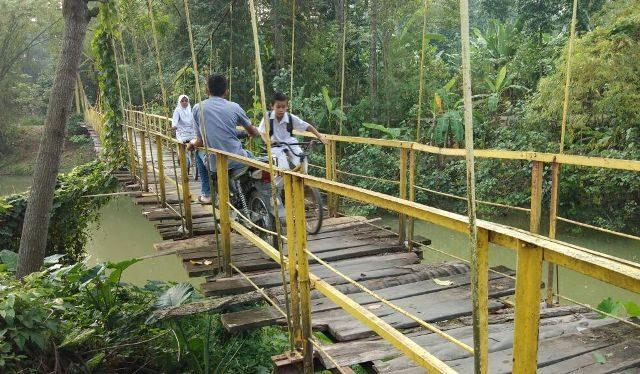Masyarakat berharap adanya perbaikan jembatan gantung Gampong Dayah Tanoh, Kecamatan Glumpang Tiga, Pidie. (Waspada/Muhammad Riza)