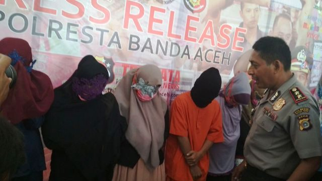 Kapolresta Banda Aceh AKBP Trisno Riyanto, sedang bertanya kepada PSK yang berhasil ditangkap. (Foto/kba.one)