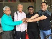 Foto kenangan, Mahyuddin Mahmud Adan (baju putih) bersama teman-temannya. (Foto/Ist)