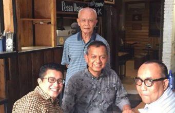 Mahyuddin Adan (berdiri paling belakang) tokoh konektor perdamaian Aceh, foto bersama kerabat dan teman. Hari Senin pagi ini (26/3/2018), Mahyuddin meninggal dunia dalam usia 72 tahun. (Foto/Ist)