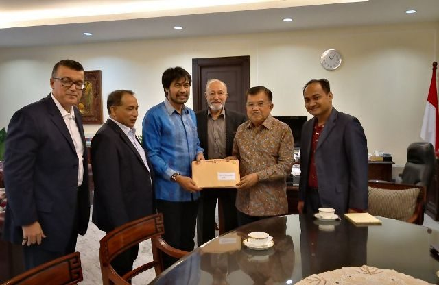 Wapres Jusuf Kalla menerima dokumen kesiapan Aceh-Sumut menjadi tuan rumah bersama PON tahun 2024, yang diserahkan Ketua KONI Aceh, Muzakir Manaf. (Foto/Ist)