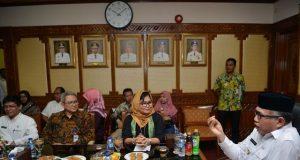 Wagub Nova Iriansyah dihadapan pejabat BPJS Pusat, dalam pertemuan di Banda Aceh, Rabu(28/3/2018). (Foto/Ist)