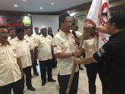 Ketua Umum PB Rugby Union, Didik Magrianto menyerahkan bendera pataka kepada Ketua Umum Pengprov Rugby Union Aceh, PP Andri Agung di Sultan hotel Banda Aceh, Jumat malam (30/3/2018). (Foto/Aldin NL)