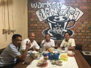 Sekum KONI Kalimantan Utara, Dr Wiyono Adie dan pengurus lain, saat ngopi bersama T.Rayuan Sukma, Wakil Ketua KONI Aceh didampingi Aldin NL, di Tarakan, Senin (19/3). Wiyono Adie menyatakan kesiapannya siap menjadi timses Aceh-Sumut tuan rumah PON XXI. (Foto/Ist)