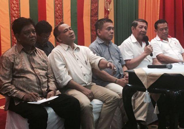 Marsda TNI Surya Dharma, didampingi Gubernur Aceh, Irwandi Yusuf, dan Tim Penilai, memberi keterangan pers Pendopo Gubernuran Aceh, Minggu (4/3). (Foto/Aldin NL)