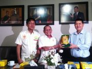 Ketum KONI Kaltim, Dr Zuhri Yahya, memberikan cindera mata kepada Wakil Ketua KONI Aceh T.Rayuan Sukma didampingi Aldin NL, di ruang rapat KONI Kaltim di Samarinda, Selasa (20/3/2018). ( Foto/Ist)