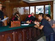 Tiga pemain PSAP Sigli menyalami hakim, usai putusan Pengadilan Negeri Banda Aceh, Senin (5/3). (Foto Waspada/Dani Randi)