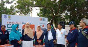 Walikota Banda Aceh, Aminullah Usman memberi sambutan di sela car free day dikaitkan Hari Tuberculosis (TBC) Dunia di Banda Aceh, Minggu (24/3). (Foto/Aldin NL)