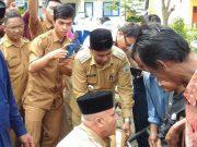 Bupati Aceh Tengah, Drs Shabela Abubakar menyapa anak disabilitas yang baru mendapatkan santunan. (Foto/Bahtiar Gayo)