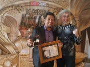 Amal Hasan mewakili Plt Dirut PT Bank Aceh Syariah menerima penghargaan dari DR Adiwarman Karim Founder Konsulting Indonesia. (Foto/Ist)