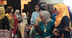 Ketua Dewan Kerajinan Nasional, Mufidah Jusuf Kalla, ketika mengunjungi stand Aceh di Smesco Minang Festival 2018 di Jakarta. (Foto/Ist)