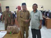 Wakil Bupati Aceh Tenggara, Bukhari, bersama pengawas UNBK-UNKP saat meninjau ke salah satu SLTP. (Foto/Abadi Selian)