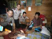 Kapolres Aceh Tengah, AKBP Hairajadi, SH, bersama tim dokkes Polda Aceh menjenguk Armadri, penderita tumor, Kamis (12/4/2018). (Foto/Bahtiar Gayo)