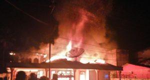 Api membakar seluruh isi rumah milik Ketua DPRK Aceh Singkil di Jalan Besar Desa Rimo, Sabtu (28/4/2018). (Foto/istimewa)
