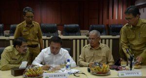 Gubernur Irwandi Yusuf perintahkan Sekda Aceh dan SKPA terkait menyiapkan dokumen tender secepatnya di Banda Aceh, Senin (2/4/2018). (Foto/Ist)