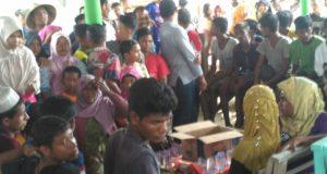 Para pengungsi muslim Rohingya dari Myanmar yang terdampar di pantai Kuala Raja, Bireuen, Jumat kemarin. (Foto/Ist)