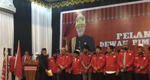 Ketua Majelis Tuha Peut DPA PA, Malik Mahmud Al Haytar di hadapan pengurus DPA PA yang dilantik di Amel Convention Hall, Banda Aceh, Selasa malam (10/4/2018). (Foto/ Aldin NL)