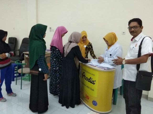 Tim dokter Prodia sedang memeriksa berkas kesehatan atlet Aceh tampak juga Ketua Pelatda Binaan KONI Aceh, Baktiar Hasan, Kamis (18/4/2018). (Foto/Aldin NL)