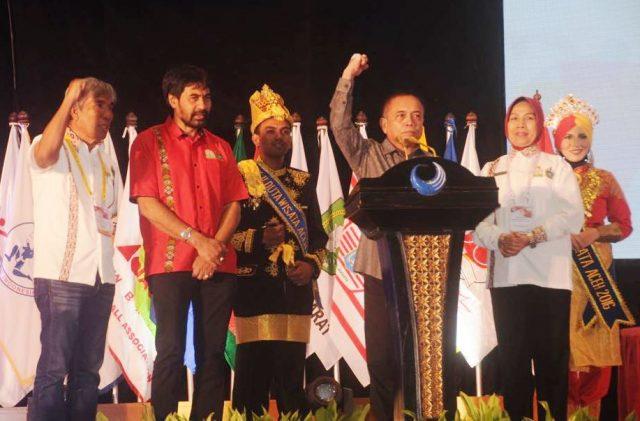 Gubernur Aceh, Irwandi Yusuf, dengan semangat memaparkan kesiapan Aceh tuan rumah PON di hadapan para pengurus KONI se Indonesia, Selasa kemarin. (Foto/Aldin NL)