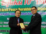 Rizal Ramli dan Wakil Rektor I Universitas Muhammadiyah Aceh usai memberikan kuliah umum, Senin (16/4/2018). (Foto/Dani Randi)