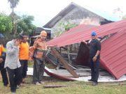 Bupati Aceh Timur H Hasballah HM Thaib meninjau rumah yang rusak dihantam angin puting beliung di Desa Pusong Kuala Idi, Kec. Idi Rayeuk, Aceh Timur, Minggu (1/4/2018). (Foto/M. Ishak)