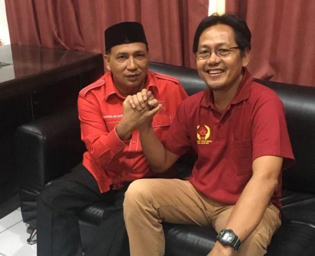 Pimpinan waspadaaceh.com, Aldin NL, salam komando dengan Sekjen DPA Partai Aceh, Kamaruddin Abubakar yang akrab disapa Abu Razak, Selasa (10/4/2018) di sekretariat KONI Aceh. (Foto/Ist)