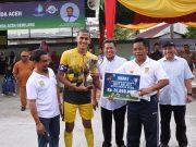 Walikota Aminullah menyerahkan dana pembinaan kepada juara turnamen sepakbola HUT Kota Banda Aceh. (Foto/Ist)