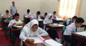 Para Calon siswa SMA Taruna Negara mengikuti ujian tulis di aula Ajendam Iskandar Muda, Minggu (29/4/2018). (Foto/Ist)