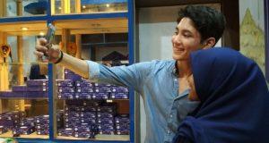 Rasya, putra Aktris Tamara Bleszynski, melayani pengunjung untuk selfie di gerainya di Banda Aceh. (Foto/Ist)