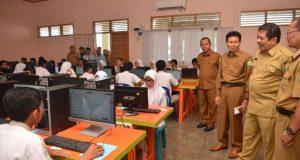 Sekda Aceh, Dermawan didampingi Kadis Pendidikan Aceh Laisani, meninjau UN berbasis Komputer di SMU Kejuruan di Banda Aceh, Senin (2/4/2018). (Foto/ Humas)
