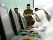 Wakil Gubernur Aceh, Nova Iriansyah, meninjau Ujian Nasional Berbasis Komputer (UNBK) di MAN Model, Banda Aceh, Senin (9/4/2018). (Foto/Ist)