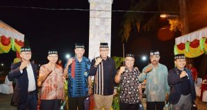 Wagub Aceh, Nova Iriansyah, foto bersama voters KONI di Sabang, Sabtu malam (7/4/2018). (Foto/Aldin NL)