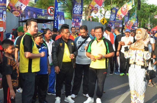 Walikota Aminullah Usman dan Wakil Walikota Zainal Arifin tampak semangat di arena car free day Minggu pagi (22/4/2018). (Foto/Aldin NL)