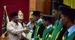 Walikota Banda Aceh Aminullah Usman memberi salam kepada wisudawan, Kamis (26/4/2018).