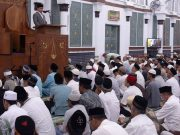 Gubernur Irwandi Yusuf memberikan tausiah di hadapan ribuan jamaah shalat tarawih di Masjid Raya Baiturahman Banda Aceh, Kamis malam (17/5/2018). (Foto/Aldin NL)