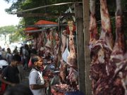 Penjual daging Meugang di Pasar Lambaro. (Foto/Dani Randi)