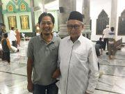 Penulis bersama dr. Zaini Abdullah yang akrab dipanggil Abu Doto, di Masjid Teuku Umar, Setui, Banda Aceh, Minggu (13/5/2018). (Foto/Ist)