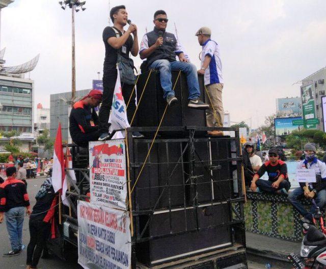 Pengurus dan anggota AJI Medan menuntut jaminan sosial pekerja pers dalam aksinya terkait peringatan Hari Buruh Internaional (May Day) di Medan, Selasa (1/5/2018). (Foto/AJI Medan)