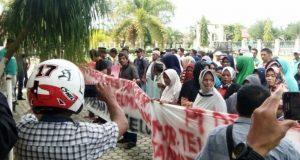 Massa Aliansi Tani Bergerak, kembali menggelar unjuk rasa di halaman Kantor DPRK Aceh Singkil, Senin (28/5/2018).