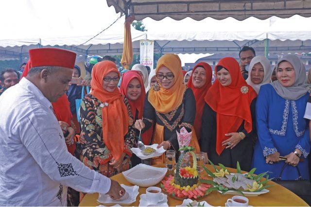 Wakil Ketua Tim Penggerak PKK dan Dekranasda Aceh, Dyah Erti Idawati, membuka Pidie Apam Fair yang dipusatkan di Alun-alun Kota Sigli, Minggu (30/4/2018). Tampak juga Bupati Pidie, Roni Ahmad. (Foto/Ist)