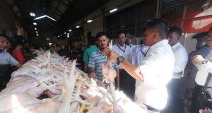 Kepala KPPU Wilayah Regional Sumatera - Aceh, Ramli Simanjuntak saat melakukan sidak di pasar Peunayoug, Banda Aceh, Senin (28/5/2018). (Foto/Dani Randi)