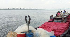 Kapal bermuatan bawang merah dan teh hijau illegal dari Thailand saat disandarkan di Pelabuhan Kuala Langsa, Senin (14/5/2018). (Foto/Dede)